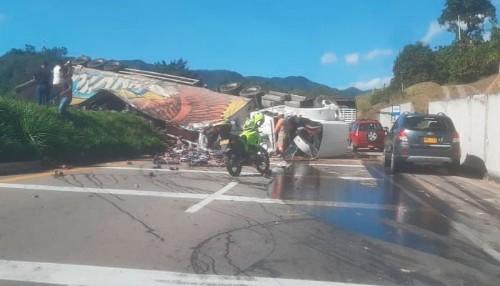 Se accidentó tractocamión que transportaba cerveza en la vía Bogotá-La Vega