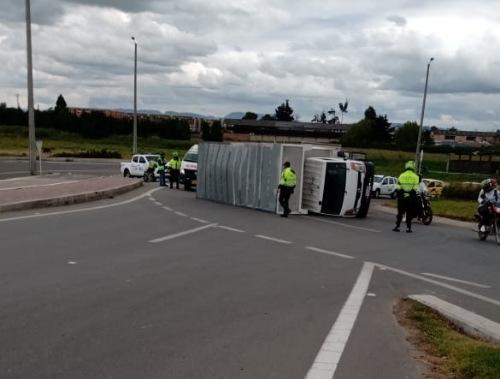 Furgón volcado genera congestión vehicular en la vía Mosquera- Bogotá