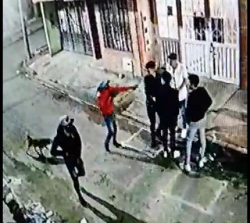Presuntos venezolanos atracan en Facatativá con arma de fuego y un perro.