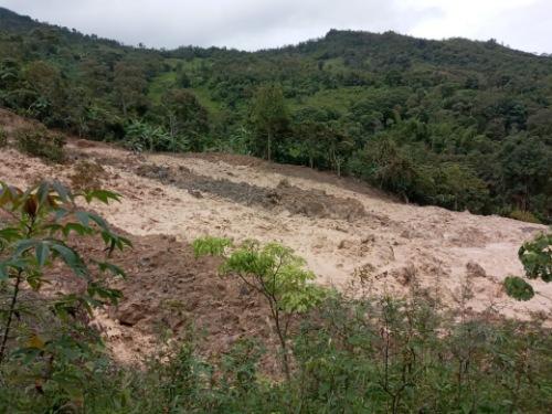 Emergencia en Chaguaní, Cundinamarca por deslizamiento de tierra que amenaza con sepultar dos viviendas.