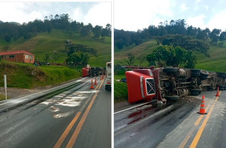 Dos accidentes de tránsito en la vía Facatativá-Sasaima. Uno de ellos deja dos heridos.