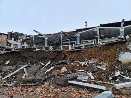 Lluvias provocaron el desplome de la plaza de mercado de Ubalá, Cundinamarca.